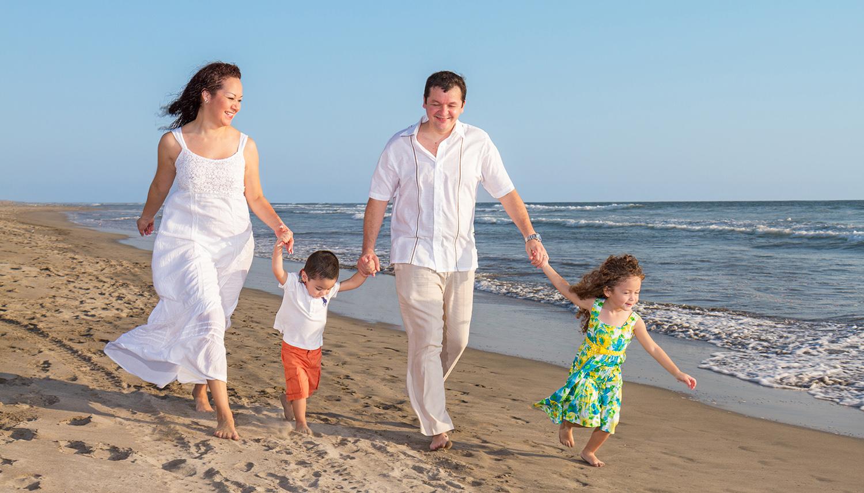 Viajes buenaventura fotos playa familia atardecer for Hoteles para familias en la playa